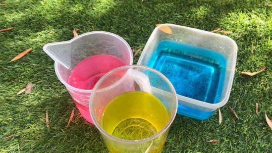 jugar con agua de colores